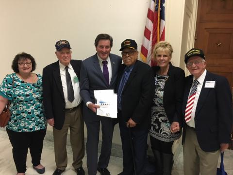 John Garamendi con veteranos de la marina mercante norteamericana